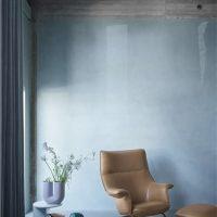 Doze-lounge-chair-ottoman-cognac-leather-anthracite-black-halves-side-table-sage-green-kink-vase-light-blue-muuto-med-res_(550x550)